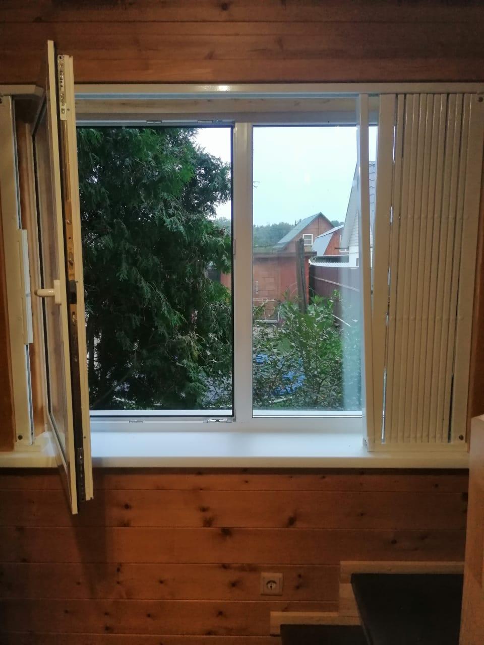 открытое окно с решеткой