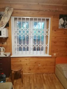 Окно с решеткой